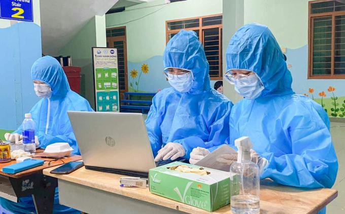 Sinh viên Đại học Nguyễn Tất Thành hỗ trợ HCDC nhập liệu, điều tra dịch tễ. Ảnh: Hoàng Tiến.
