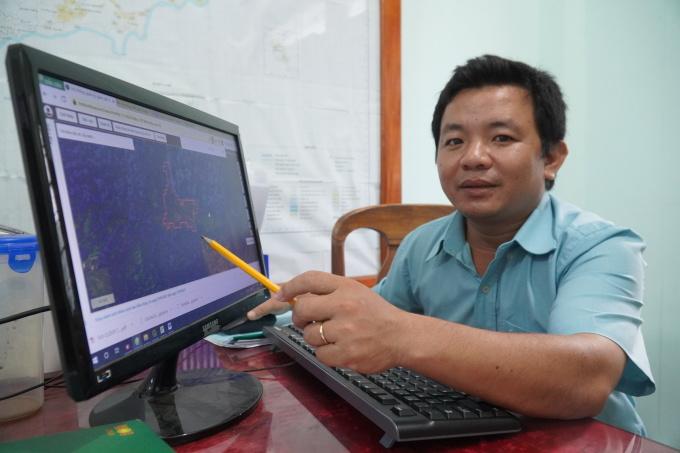 Thạc sĩ Phan Văn Thưởng, người trực tiếp xử lý thông tin trên ứng dụng quản lý rừng bằng ảnh viễn thám tại Chi cục Kiểm lâm Bình Thuận. Ảnh: Việt Quốc.