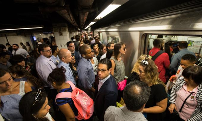 Hành khách tại một bến tàu điện ngầm ở New York, Mỹ, năm 2017. Ảnh: Benjamin Norman/New York Times.