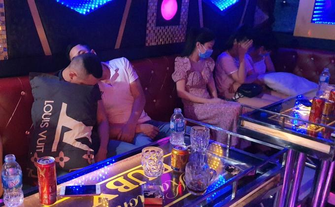 Những người thuê phòng hát karaoke bất chấp lệnh cấm để phòng, chống Covid-19 ở Quảng Nam. Ảnh: Công an cung cấp.