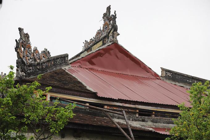 Mái ngói điện Thái Hòa bị hư hỏng phải lợp tạm mái tôn. Ảnh: Võ Thạnh