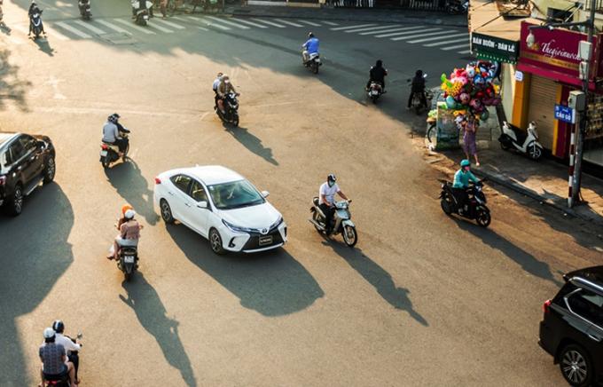 Toyota Vios trên đường phố Hà Nội.