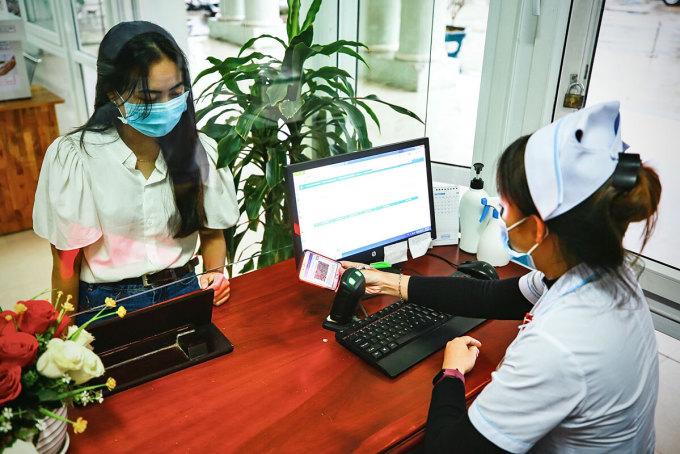 Dùng tài khoản BHXH điện tử để khám chữa bệnh tại Quảng Nam. Ảnh: Hồng Chiêu