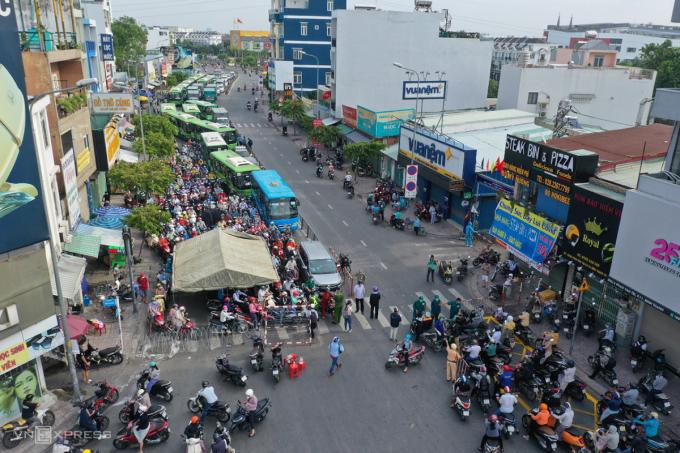 Ùn ứ kéo dài một km trên đường Phan Văn Trị, sáng 1/6. Ảnh: Quỳnh Trần.