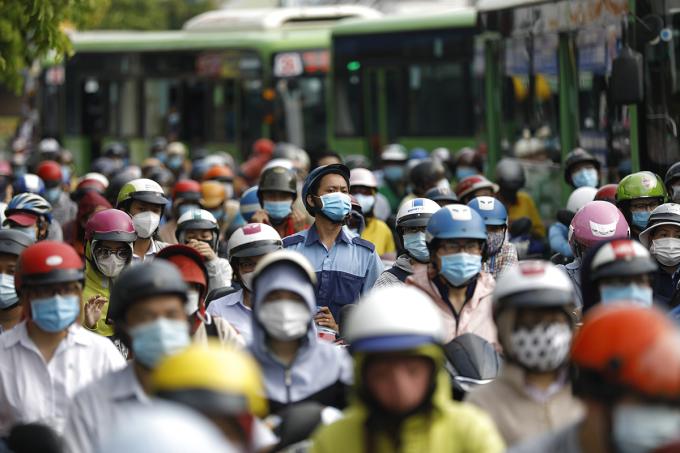 Ùn tắc kéo dài ở các chốt kiểm soát tại quận Gò Vấp, sáng 1/6. Hữu Khoa.