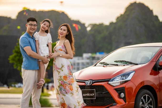 Một gia đình sử dụng Toyota Wigo.