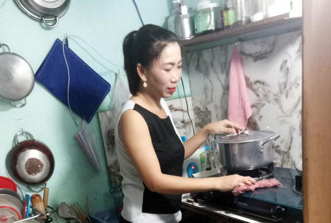 Chị Nguyễn Hồng Nghi nghỉ việc, cách ly ở nhà vì Covid-19. Ảnh: An Phương.