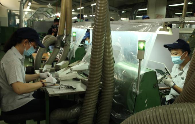 Nhà máy Công ty TNHH Kim may Organ Việt Nam lắp màn chắn ở những chuyền công nhân ngồi đối diện. Ảnh: An Phương.
