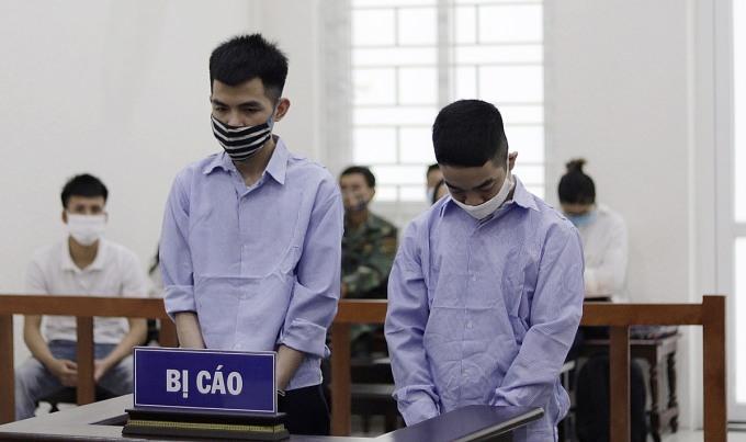 Bị cáo Vân (trái) và Hiền tại phiên xét xử sáng 2/6. Ảnh: Danh Lam