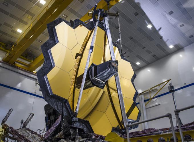 Mặt gương vàng khổng lồ của kính viễn vọng James Webb. Ảnh: Chris Gunn/NASA.