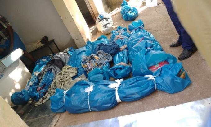 Loạt thi thể nằm la liệt dưới sàn nhà xác bệnh viện Theni K Vilakku, bang Tamil Nadu, miền nam Ấn Độ, hôm 2/6. Ảnh: Independent.