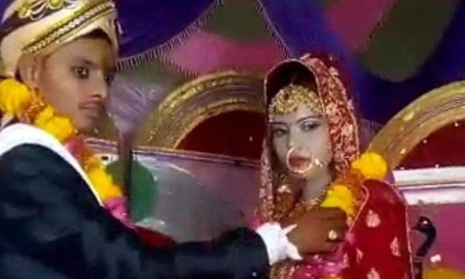Cô dâu Surbhi và chú rể  Mangesh Kumar trong đám cưới ở huyện Etawah, bang  Uttar Pradesh hôm 27/5. Ảnh: IANS.