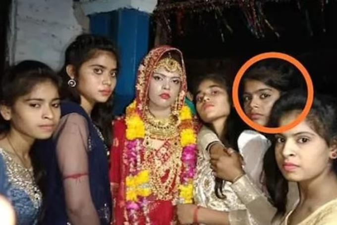 Nisha (khoanh tròn), em gái của cô dâu, chụp ảnh cùng các chị em trong đám cưới. Ảnh: IANS.