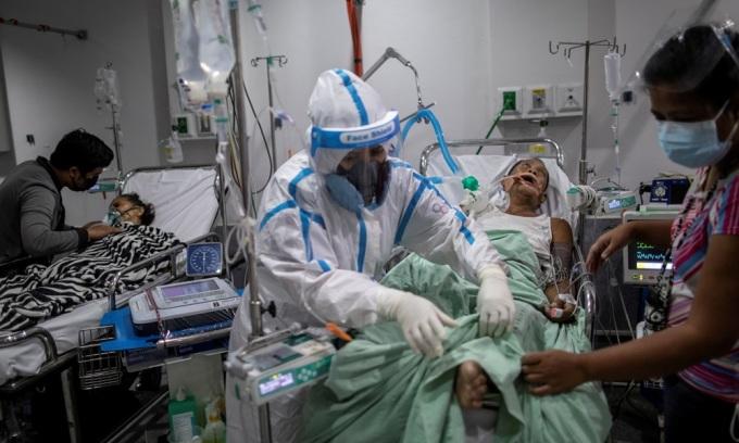 Nhân viên y tế chăm sóc bệnh nhân Covid-19 tại một bệnh viện ở thành phố Quezon, Philippines hồi tháng 4. Ảnh: Reuters.