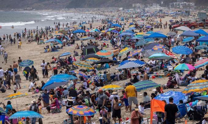Bãi biển kín người vào dịp nghỉ lễ Chiến sĩ trận vong tại Santa Monica, bang California, Mỹ, hôm 31/5. Ảnh: AFP.