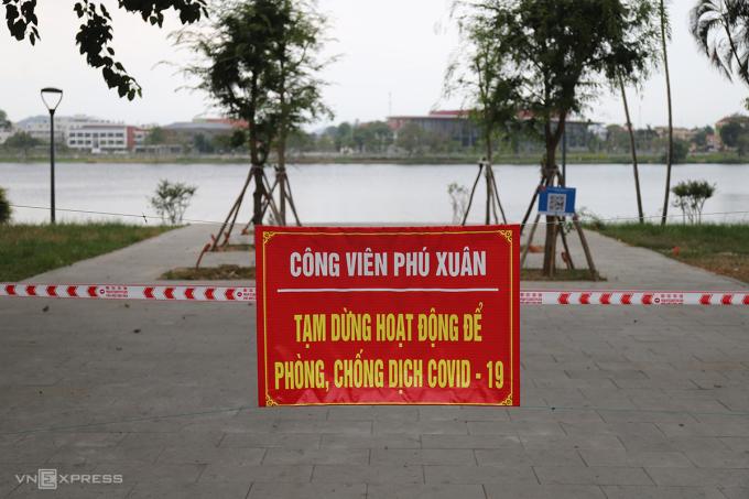 Công viên Phú Xuân treo bảng dừng hoạt động ngày 4/6. Ảnh: Võ Thạnh
