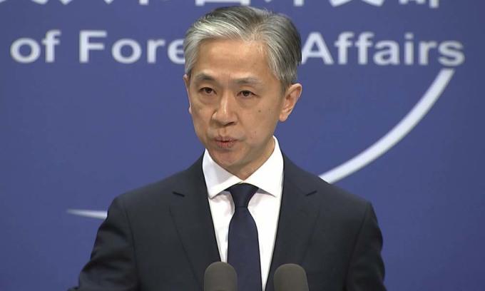 Phát ngôn viên Bộ Ngoại giao Trung Quốc Uông Văn Bân phát biểu trong một buổi họp báo tại Bắc Kinh hồi tháng 11/2020. Ảnh: AP.