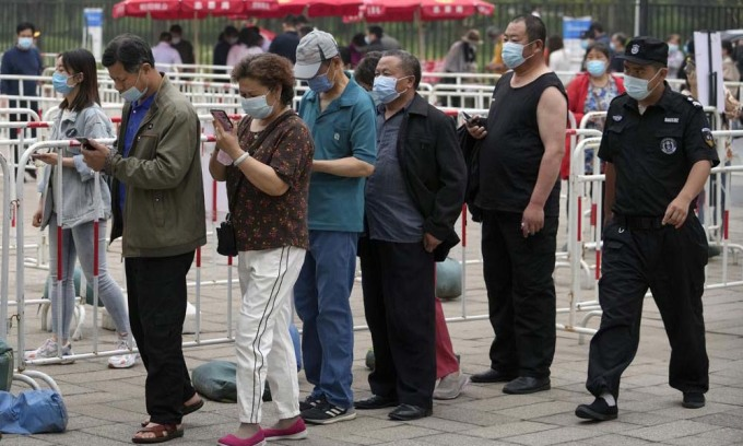Người dân xếp hàng tiêm vaccine Covid-19 của Sinopharm tại một trung tâm tiêm chủng ở Bắc Kinh, Trung Quốc, hôm 2/6. Ảnh: AP.