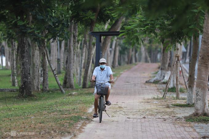 Người dân mang khẩu trang đạp xe tập thể dục chiều 4/6. Ảnh: Võ Thạnh