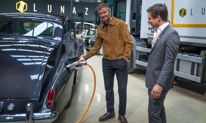 David Beckham và nhà sáng lập Lunaz, David Lorenz, tại trụ sở chính của Lunaz tại Silverstone, Anh. Ảnh: Lunaz