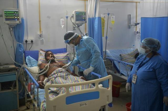 Bác sĩ thăm khám cho bệnh nhân Covid-19 trong phòng chăm sóc đặc biệt tại bệnh viện Nightingale , ngoại ô Siliguri, Ấn Độ, hôm 1/6. Ảnh: AFP.