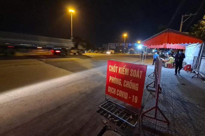 Đồng Nai lập chốt kiểm soát trên quốc lộ 1 qua TP HCM. Ảnh: Thái Hà