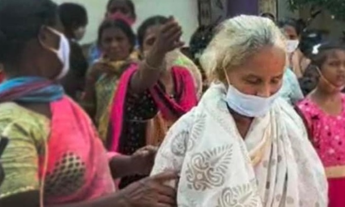 Cụ bà Girijamma trở về nhà ở huyện Krishna, bang Andhra Pradesh, Ấn Độ hôm 2/6. Ảnh: NDTV.