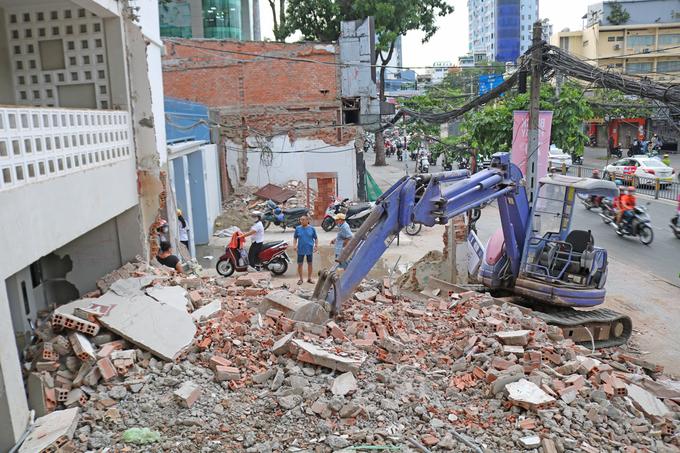 Dãy nhà mặt tiền đường Cách Mạng Tháng Tám (quận 1) tháo dỡ, lùi sâu để giao mặt bằng xây ga Tao Đàn thuộc tuyến Metro Số 2. Ảnh: Gia Minh.