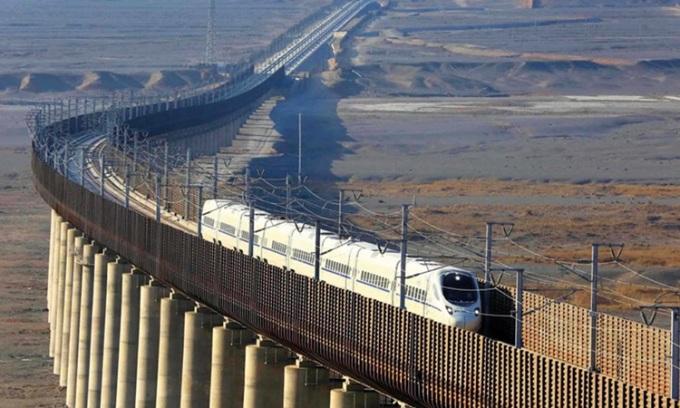 Tàu cao tốc chạy trên tuyến đường sắt Lan Châu - Tân Cương, Trung Quốc. Ảnh: Discovery.