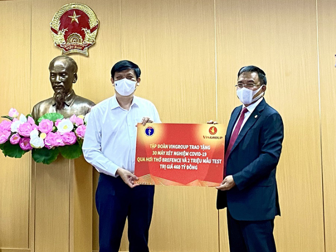 Bộ trưởng Y tế Nguyễn Thanh Long (trái) nhận trao tặng từ đại diện Vingroup. Ảnh: TM.