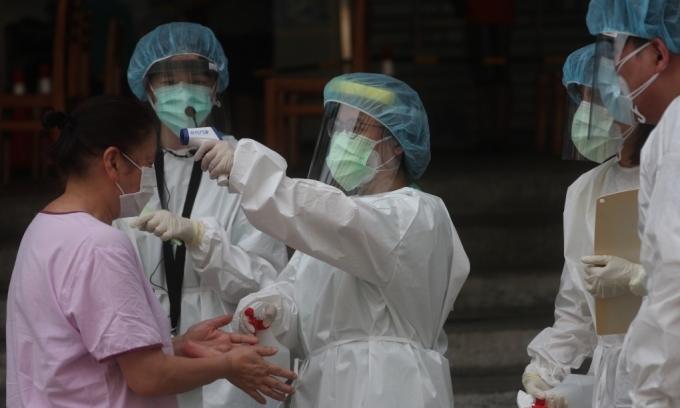 Nhân viên y tế kiểm tra thân nhiệt cho người dân tại thành phố Đài Bắc hôm 4/6. Ảnh: CNA