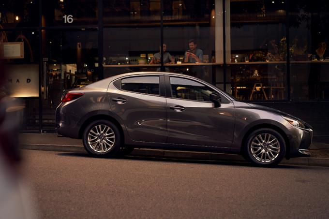 Mazda2 mới trên đường phố.