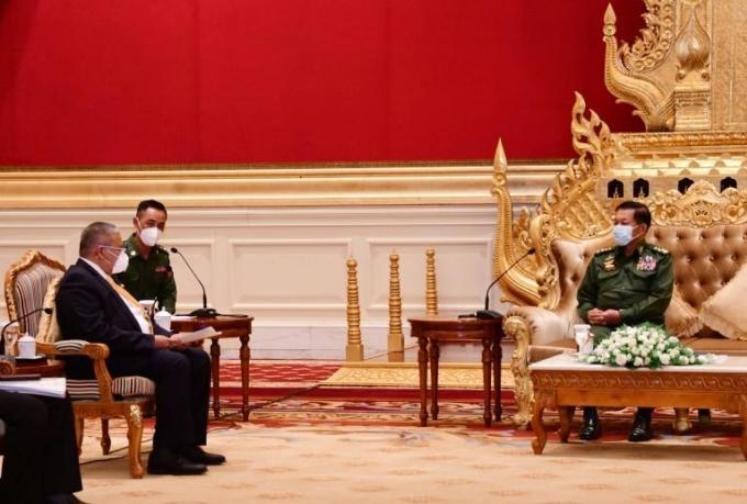 Thống tướng Min Aung Hlaing (phải) và Bộ trưởng thứ hai Bộ Ngoại giao Brunei Erywan Yusof (trái) tại Naypyidaw ngày 4/6. Ảnh: AFP.