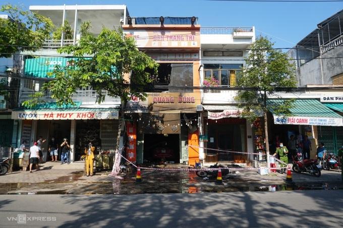 Cửa hàng Quang Dũng, nơi xảy ra vụ hỏa hoạn đêm qua, được cảnh sát khám nghiệm hiện trường 5/6. Ảnh: Phạm Linh.
