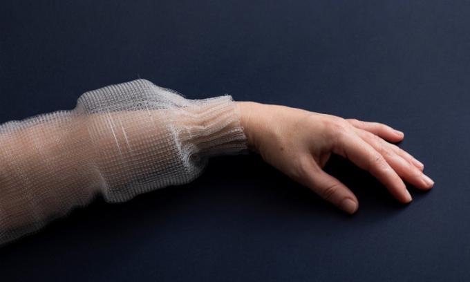 Sợi vải kỹ thuật số của MIT được may thành ống tay áo. Ảnh: Roni Cnaani/MIT News.