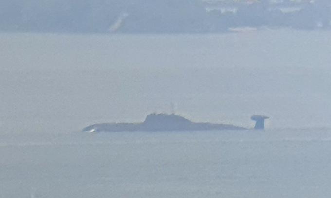 INS Chakra vượt eo biển Singapore sáng 5/6. Ảnh: Twitter/OlliSuorsa.