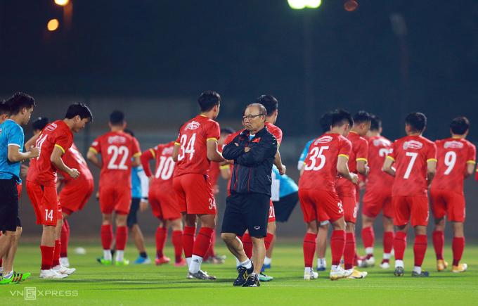 HLV Park Hang-seo đăm chiêu trên sân tập của đội tuyển Việt Nam tối 4/6. Ảnh: Lâm Thoả.