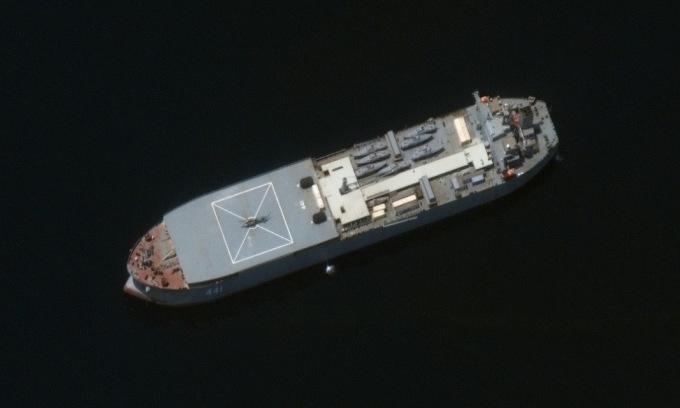 Tàu Makran chở theo 7 xuồng vũ trang cao tốc trước hành trình. Ảnh: Maxar.