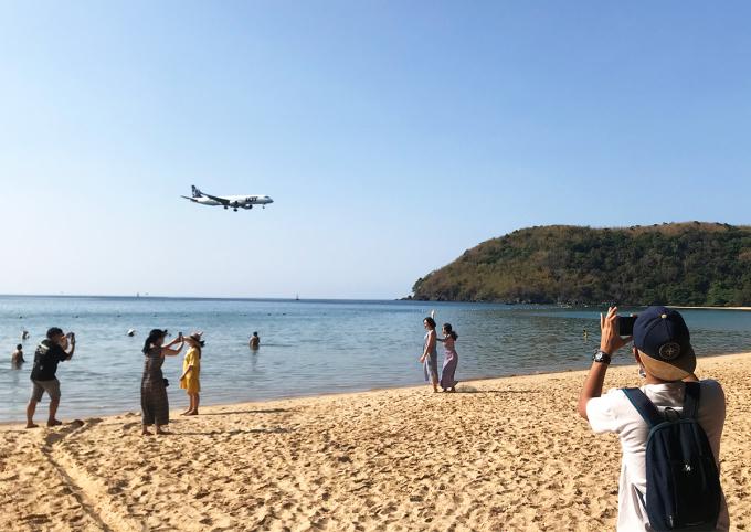 Du khách xem máy bay hạ cánh ở bãi Đầm Trầu, Côn Đảo. Ảnh: Anh Duy.
