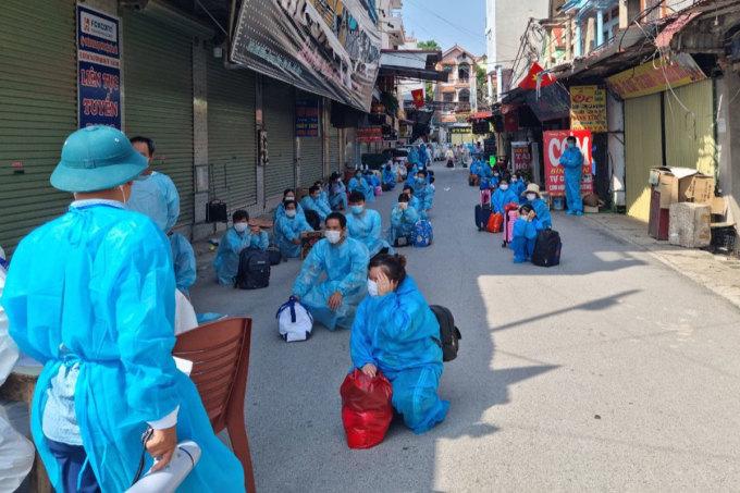 Các công nhân được chuyển khỏi thôn Núi Hiểu, chiều 5/6. Ảnh: CTV