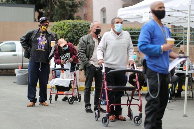 Điểm tiêm vacine ngừa Covid-19 tại Los Angeles, bang California, Mỹ vào ngày 10/2. Ảnh: Reuters.