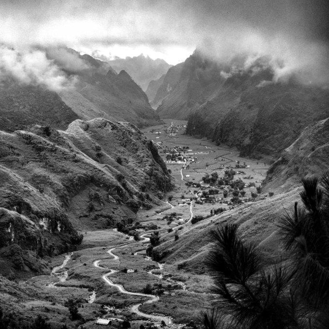 Trong dự án mang tên Come from Việt Nam (Đến từ Việt Nam), nhiếp ảnh gia 29 tuổi, An Tim đã giới thiệu hàng làm thắng cảnh đẹp của đất nước trải dài từ Bắc vào Nam. Bức ảnh trên là khung cảnh hẻm núi hùng vĩ với một con đường hẹp, kéo dài dường như vô tận tại Hà Giang, một tỉnh nằm tại khu vực miền núi phía Bắc.