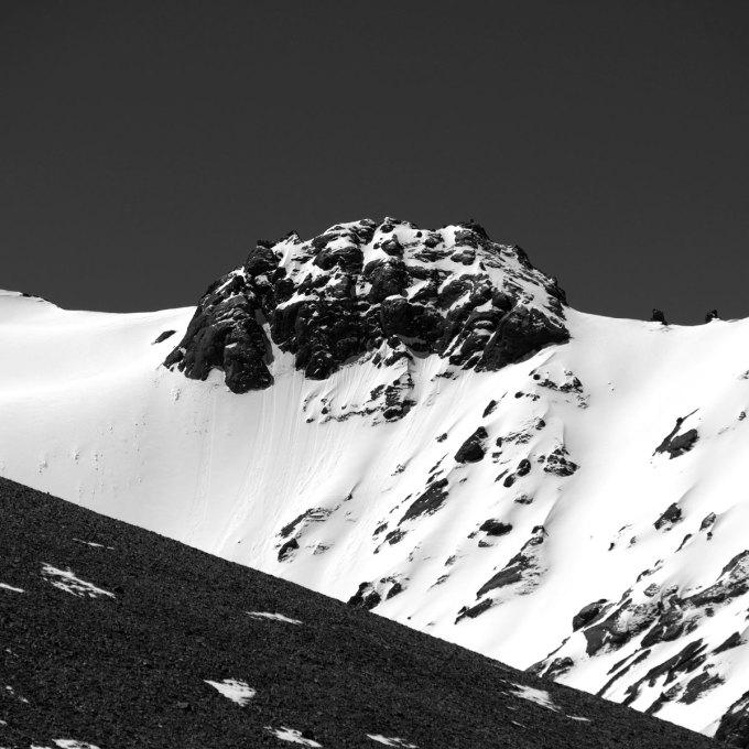 Một ngọn núi bao phủ bởi tuyết trắng nằm dọc theo tuyến đường cao tốc Pamir, Tajikistan. Tuyến đường là một phần của Con Đường Tơ Lụa cổ, cắt qua dãy núi Pamir. Nhiếp ảnh gia chia sẻ, hành trình qua Pamir có thể mang đến cảm giác như một chuyến du hành ngược thời gian.