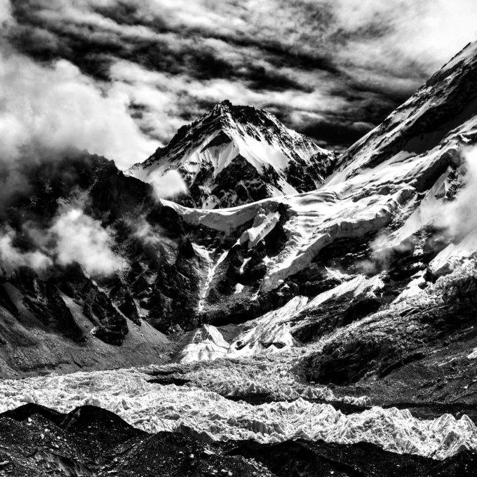 Một bức ảnh chụp đỉnh Everest được chụp từ Everest base camp tại Nepal. Chia sẻ về hành trình của mình, An Tim nhấn mạnh: Tại những nơi hùng vĩ đó, tôi được gặp những con người chân thành và thân thiên. Sự thật thà của họ đã sưởi ấm cho tôi trong suốt những đêm lạnh giá nhất. Tôi nghĩ mình thực sự phải rất may mắn mới có thể chiêm ngưỡng những khung cảnh đó và gặp những con người đó.