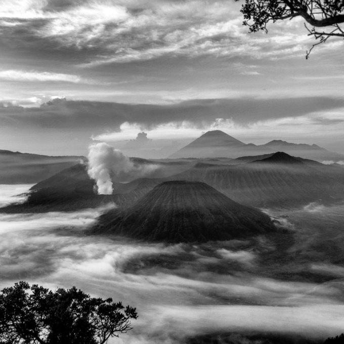 Khung cảnh ngoạn mục của ngọn núi lửa Bromo, Indonesia. Chia sẻ về hành trình sáng tác của mình, An Tim cho biết: Với tấm hộ chiếu tôi có thể đến bất cứ đâu, nhưng dòng màu Việt Nam vẫn sẽ mãi chảy trong huyết quản và châu Á luôn là ngôi nhà thân thương.
