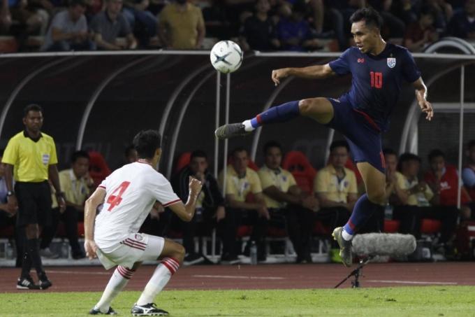 Teerasil Dangda góp một bàn trong trận Thái Lan thắng UAE 2-1 ở lượt đi hồi tháng 10/2019. Nhưng ở lần hai đội tái ngộ tại Dubai hôm nay, trung phong này sẽ vắng mặt. Ảnh: Bangkok Post