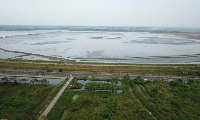 Bùn bao phủ khu vực rộng 650 ha. Ảnh: CNA.