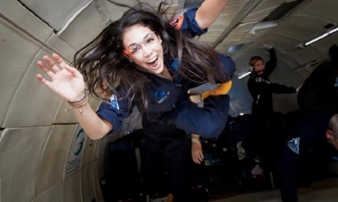 Kellie Gerardi trong một chuyến bay vi trọng lực. Ảnh: France24.