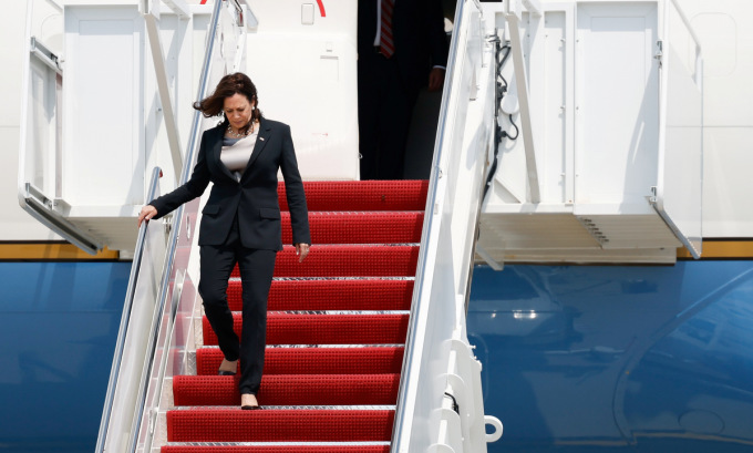 Phó tổng thống Harris rời máy bay sau khi phi cơ hạ cánh tại căn cứ Andrews hôm 6/6. Ảnh: Reuters.