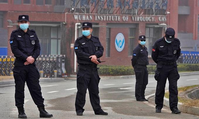 Bảo vệ đứng gần lối vào Viện Virus học Vũ Hán, tỉnh Hồ Bắc, Trung Quốc khi nhóm điều tra WHO tới làm việc hồi tháng 3. Ảnh: AP.